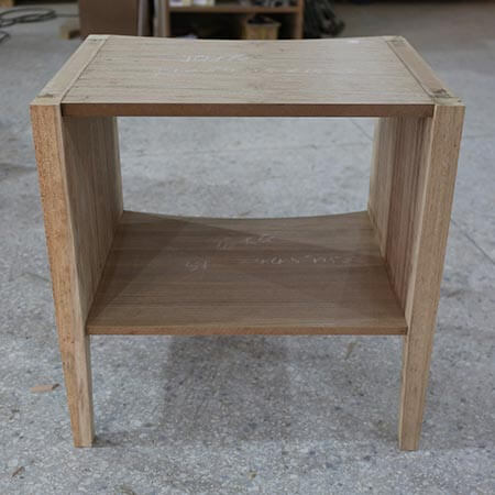 Hier sieht man ein Holzregal nach seiner Fertigstellung
